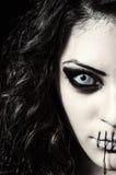 Closeupstående av den läskiga konstiga flickan med den stängda munnen som sys Arkivfoton