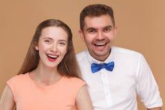 Closeupstående av den lyckliga stiliga mannen och den härliga blonda womaen fotografering för bildbyråer
