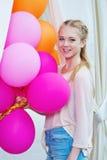 Closeupstående av den mjuka tonåringen med ballonger Arkivfoto