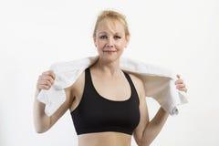Closeupstående av den mogna kvinnan för fit med en handduk. Arkivfoton
