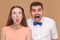 Closeupstående av den roliga mannen och härlig kvinna- eller barncoupl royaltyfri foto