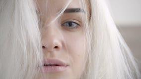 Closeupstående av den sexiga blonda kvinnan, trendig frisyr, skönhetbegrepp Arkivfoto