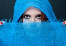 Closeupstående av den sinnliga unga kvinnan Arkivfoto