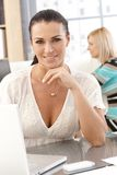 Closeupstående av den tillfälliga affärskvinnan på kontoret Arkivbild