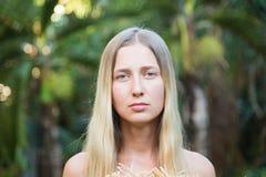 Closeupstående av den unga blonda kvinnan, härligt kvinnligt tyckande om tropiskt soligt väder, nätt sund flicka som kopplar av y arkivfoton
