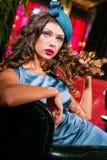 Closeupstående av den unga härliga kvinnan i en märkes- ehat fotografering för bildbyråer