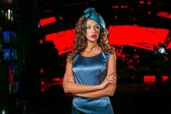 Closeupstående av den unga härliga kvinnan i en märkes- ehat arkivfoton