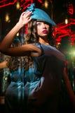 Closeupstående av den unga härliga kvinnan i en märkes- ehat royaltyfri bild