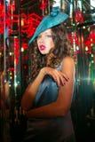Closeupstående av den unga härliga kvinnan i en märkes- ehat royaltyfri foto