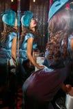 Closeupstående av den unga härliga kvinnan i en märkes- ehat arkivbilder