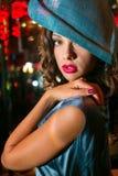 Closeupstående av den unga härliga kvinnan i en märkes- ehat royaltyfria foton