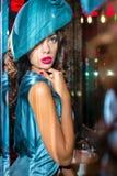 Closeupstående av den unga härliga kvinnan i en märkes- ehat arkivfoto