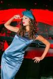 Closeupstående av den unga härliga kvinnan i en märkes- ehat royaltyfria bilder