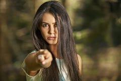 Closeupstående av den unga ilskna kvinnan som pekar på någon som om Fotografering för Bildbyråer