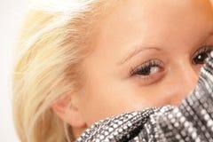 Closeupstående av den unga kvinnan Arkivfoton