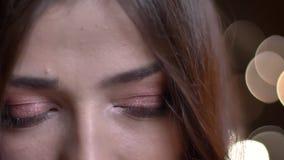 Closeupstående av den unga nätta caucasian kvinnliga framsidan med gröna ögon som ser framåtriktat i begrundande stock video