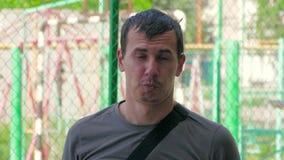Closeupstående av den unga stiliga mannen som visar olika sinnesrörelser långsam rörelse 180 fps stock video