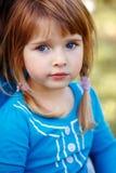 Closeupstående av det gulliga förtjusande lilla rödhåriga Caucasian flickabarnet med blåa ögon Arkivbild