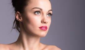 Closeupstående av en härlig ung kvinna med attraktiva ögon Royaltyfri Foto