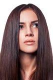 Closeupstående av en härlig ung kvinna med elegant långt skinande mörkt hår royaltyfria bilder