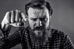 Closeupstående av en ilsken skäggig man som hotar med hans fi arkivbilder