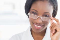 Closeupstående av en kvinnlig doktor med ögonexponeringsglas Royaltyfri Bild