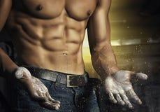 Closeupstående av en sexig muskulös man Idrotts- man för brutal kroppsbyggare med sex packe, perfekt abs, skuldror, biceps Arkivbild
