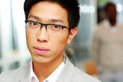 Closeupstående av en stilig asiatisk man Royaltyfria Bilder