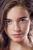 Closeupstående av en tonårs- flicka som isoleras på vit Arkivfoton