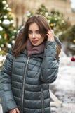 Closeupstående av en ung kvinna i vintern ner omslaget fotografering för bildbyråer
