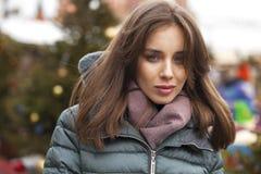 Closeupstående av en ung kvinna i vintern ner omslaget arkivbilder