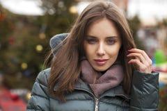 Closeupstående av en ung kvinna i vintern ner omslaget arkivfoto