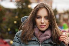 Closeupstående av en ung kvinna i vintern ner omslaget royaltyfri foto