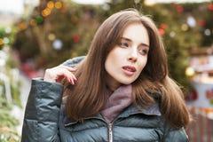 Closeupstående av en ung kvinna i vintern ner omslaget royaltyfria foton