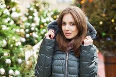 Closeupstående av en ung kvinna i vintern ner omslaget royaltyfria bilder