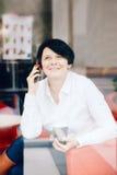 Closeupstående av för affärskvinna för mellersta ålder Caucasian vitt sammanträde i kaférestaurang royaltyfria foton