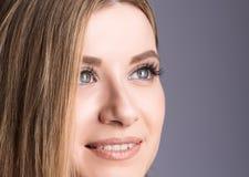 Closeupstående av framsidan av en ung kvinna, ljust leende Arkivbilder