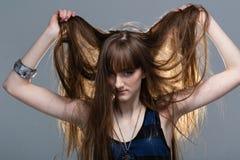 Closeupstående av glamourunga flickan med härligt långt hår arkivbilder