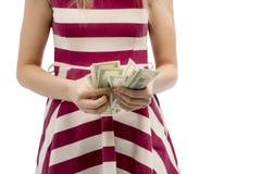 Closeupstående av hållande pengar för härlig asiatisk kvinna som isoleras på vit bakgrund Asiatisk flicka som räknar hennes löndo royaltyfri fotografi