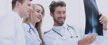 Closeupstående av intellektuella sjukvårdprofessionell med w Arkivfoton