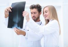 Closeupstående av intellektuella sjukvårdprofessionell med w Fotografering för Bildbyråer
