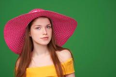 Closeupstående av kvinnan i sugrörhatt arkivfoto