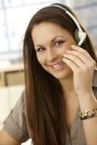 Closeupstående av kvinnan med hörlurar med mikrofon Fotografering för Bildbyråer