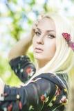 Closeupstående av sinnligt Caucasian blont posera för kvinna som är utomhus- Fotografering för Bildbyråer