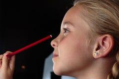 Closeupstående av unga flickan med blyertspennan Arkivbild
