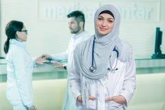 Closeupstående av vänskapsmatchen som ler den kvinnliga doktorn för säkra muslim Arkivfoton