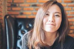 Closeupståendebild av den härliga asiatiska kvinnan med smileyframsidan och bra känsla royaltyfri fotografi