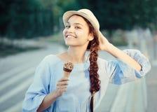 Closeupståenden av den härliga lyckliga vita Caucasian brunettflickakvinnan med skrattgropar på kinder och garvad hud i blått klä Arkivbilder