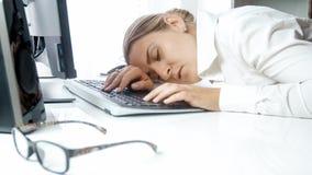 Closeupståenden av den trötta affärskvinnan avverkar sovande på datortangentbordet royaltyfria bilder