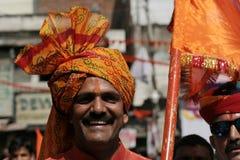 Closeupståenden av en hinduisk fantast deltar i den Hanuman Jayanti processionen arkivfoton